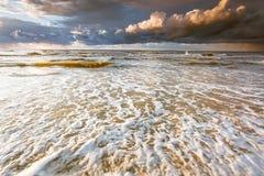 Il bello tramonto con si rannuvola il mare e la spiaggia Fotografie Stock Libere da Diritti