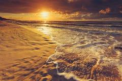 Il bello tramonto con si rannuvola il mare e la spiaggia Immagini Stock
