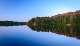 Il bello tramonto del cielo sull'acqua Immagini Stock Libere da Diritti
