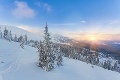 il bello tramonto nelle colline pedemontana soleggiate delle alpi colpisce Immagine Stock