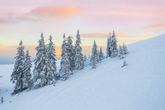 il bello tramonto nelle colline pedemontana soleggiate delle alpi colpisce il viewer& x27; immaginazione di s Immagini Stock