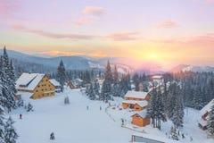 Il bello tramonto nelle colline pedemontana soleggiate delle alpi colpisce l'immaginazione dello spettatore Fotografia Stock
