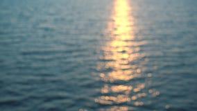 Il bello tramonto, sole riflette in acqua di mare stock footage