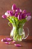 Il bello tulipano porpora fiorisce il mazzo in vaso Fotografie Stock