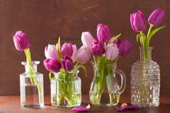 Il bello tulipano porpora fiorisce il mazzo in vaso Fotografia Stock Libera da Diritti