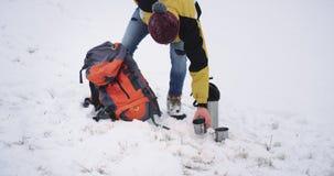 Il bello turista ha una rottura in mezzo alla foresta nevosa, prende una tazza di t? caldo e fare ammirare una meditazione archivi video
