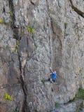Il bello uomo scala un'alta montagna Fotografie Stock Libere da Diritti