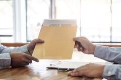 Il bene immobile di prestito o di assicurazione, il mediatore dell'agente e l'accordo di contratto di firma del cliente approvati fotografie stock