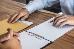 Il bene immobile di prestito o di assicurazione, il mediatore dell'agente e l'accordo di contratto di firma del cliente approvati fotografie stock libere da diritti