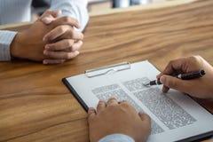 Il bene immobile di prestito o di assicurazione, il mediatore dell'agente e l'accordo di contratto di firma del cliente approvati immagini stock
