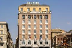 Il Bernini Bristol Hotel con la statua di tritone a Roma Immagine Stock