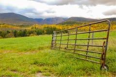 Il bestiame Gate dal campo in montagne fotografia stock