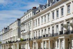 Il bianco alloggia le facciate a Londra, l'architettura inglese Immagine Stock