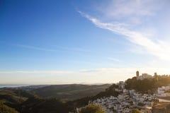 Il bianco alloggia il vecchio tramonto della montagna della città Immagini Stock
