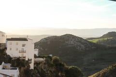 Il bianco alloggia il vecchio tramonto della montagna della città Fotografia Stock Libera da Diritti