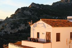 Il bianco alloggia il vecchio tramonto della montagna della città Fotografia Stock
