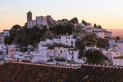 Il bianco alloggia il vecchio tramonto della montagna della città Immagine Stock