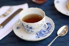 Il bianco blu meissen lo stillife della tazza di tè della porcellana immagine stock libera da diritti