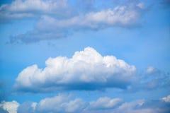Il bianco del cielo blu si appanna il fondo 171015 0064 fotografie stock