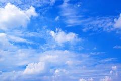 Il bianco del cielo blu si appanna il fondo 171016 0083 fotografia stock libera da diritti