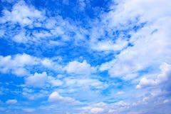 Il bianco del cielo blu si appanna il fondo 171016 0098 immagine stock libera da diritti