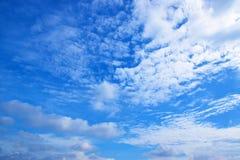 Il bianco del cielo blu si appanna il fondo 171017 0132 fotografie stock libere da diritti