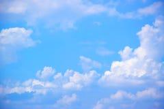 Il bianco del cielo blu si appanna il fondo 171018 0161 Fotografie Stock