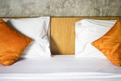 Il bianco del materasso Il cuscino arancio Fotografia Stock