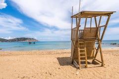 Il bianco della spiaggia sabbiosa della torre del bagnino si appanna il cielo blu del mare, Figueral Fotografia Stock Libera da Diritti