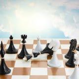 Il bianco di Checkmate sconfigge il re nero Fotografie Stock Libere da Diritti