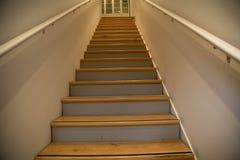 Il bianco di legno delle scale mura l'angolo basso Fotografie Stock