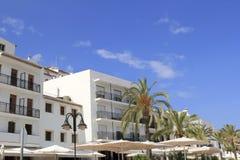 Il bianco di Oraira alloggia la palma Spagna mediterranea Immagini Stock