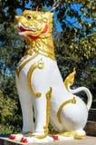 Il bianco, dorato ed il rosso hanno colorato il guardiano del leone di Chinthe Immagine Stock
