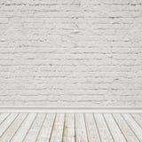 Il bianco ha dipinto il muro di mattoni ed il pavimento di legno d'annata, fondo interno Fotografia Stock Libera da Diritti