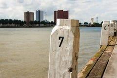 Il bianco ha dipinto le bitte su una banchina a Rotterdam Fotografia Stock Libera da Diritti