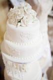 Torta nunziale stratificata bianco con le rose sulla cima Fotografia Stock