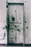 Il bianco ha rovinato la porta di legno con il numero uno su  Immagine Stock