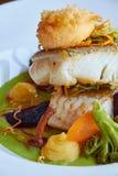 Il bianco ha stufato il pesce del pikeperch in salsa verde di pesto con le verdure per la cottura a vapore dei broccoli, carote,  Immagine Stock