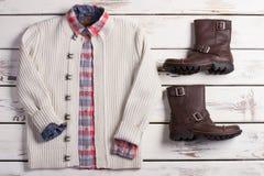 Il bianco ha tricottato il maglione con una camicia a quadretti e gli stivali dell'inverno Immagine Stock Libera da Diritti