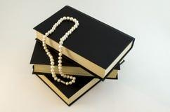 Il bianco imperla la collana sul nero Fotografie Stock Libere da Diritti