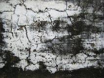 Il bianco incrinato ha colorato la parete esposta a struttura delle forme dell'aria aperta Fotografie Stock Libere da Diritti
