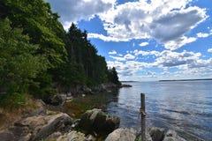 Il bianco lanuginoso si rannuvola Rocky Maine Island Coast immagini stock libere da diritti