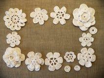 Il bianco lavora all'uncinetto i fiori Immagini Stock