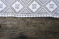 Il bianco lavora all'uncinetto il tectorum di sempervivum della governante del briciolo della tovaglia Fotografie Stock