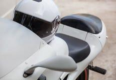 Il bianco mette in mostra il motociclo parcheggiato sul bordo della strada Immagine Stock