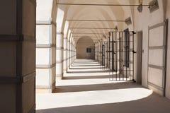 Il bianco mura la prigione araba calda del giorno di estate in Israel Museum di Fre fotografia stock
