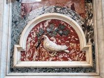 Il bianco si è tuffato tenendo Olive Branch, basilica del ` s di St Peter, Città del Vaticano fotografie stock libere da diritti