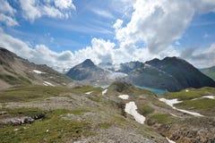 Il bianco si appanna il bacino idrico al disopra della superficie nelle alpi Fotografie Stock Libere da Diritti
