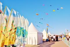 Il bianco tende e bandiere variopinte Fotografia Stock