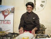 Il bibolotti di almo del cuoco unico mostra la sua cottura Immagini Stock